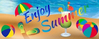 Goda del fondo dell'estate con gli elementi del vetro della spiaggia, dell'oceano, dei beach ball, delle pantofole, dell'ombrello Fotografia Stock Libera da Diritti