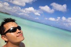 Goda del sole sulla spiaggia Fotografia Stock