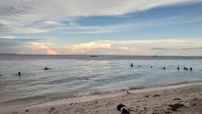 Goda dell'estate al mare fotografia stock