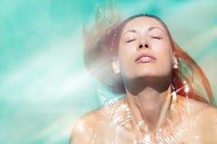 Goda dell'estate Donna che si rilassa nell'acqua dello stagno Immagini Stock