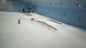 Goda della neve nel deserto a Ski Dubai Immagine Stock