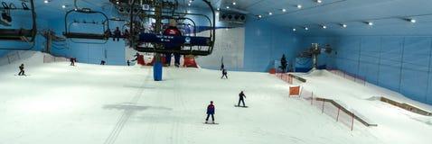 Goda della neve nel deserto a Ski Dubai Fotografia Stock