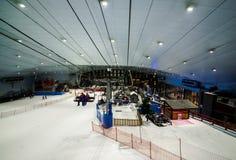Goda della neve nel deserto a Ski Dubai Fotografie Stock