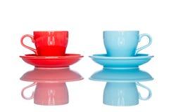 Goda della tazza variopinta multipla della tazza di caffè sulla tavola della riflessione Fotografie Stock Libere da Diritti