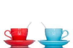 Goda della tazza variopinta multipla della tazza di caffè sulla tavola della riflessione Immagine Stock