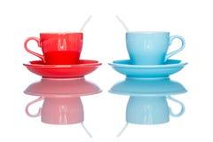 Goda della tazza variopinta multipla della tazza di caffè sulla tavola della riflessione Fotografia Stock Libera da Diritti