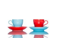 Goda della tazza variopinta multipla della tazza di caffè sulla tavola della riflessione Immagini Stock Libere da Diritti