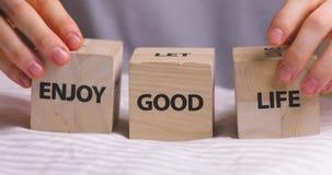 Goda delle parole di buona vita scritte sui cubi decorativi di legno stock footage