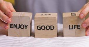 Goda delle parole di buona vita scritte sui cubi decorativi di legno video d archivio