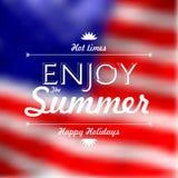 Goda delle vacanze estive mandano un sms a sopra il BAC defocused della bandiera degli Stati Uniti Fotografie Stock