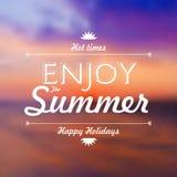 Goda delle vacanze estive mandano un sms a sopra il vect defocused del fondo del tramonto Immagini Stock Libere da Diritti