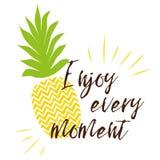 Goda di ogni iscrizione di momento sui precedenti dell'ananas sul fondo luminoso dell'estate Immagine Stock