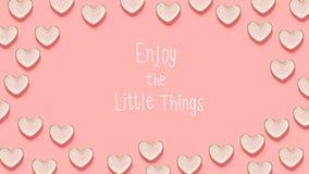 Goda di piccolo messaggio di cose con molti piatti del cuore Fotografie Stock