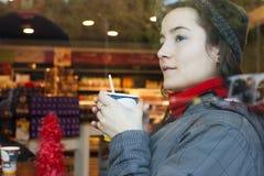 Goda di un caffè Fotografie Stock Libere da Diritti