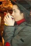 Goda di un caffè Immagini Stock Libere da Diritti