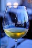 Goda di un vetro di vino bianco alla barra del porto Immagini Stock Libere da Diritti
