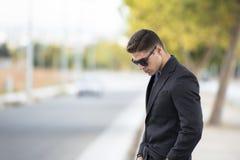 Goda som ser skjortan för klänning för svart för mankläder arkivbild