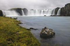 Godafoss瀑布在冰岛,从底部的看法 库存照片