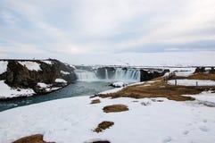 Godafoss瀑布,雪,干草,北部冰岛 免版税图库摄影