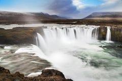 Godafoss är en av de mest spektakulära vattenfallen i Island royaltyfri fotografi