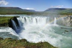 Godafoss siklawa na chwalebnie dniu z tęczą, Iceland obraz stock