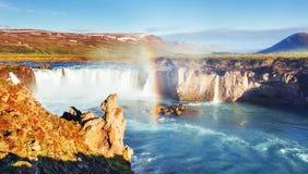 Godafoss vattenfall på solnedgången fantastisk liggande härlig oklarhetscumulus Arkivfoton