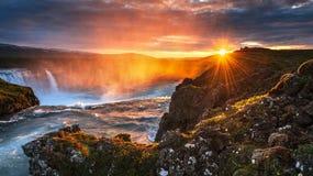 Godafoss vattenfall på solnedgången fantastisk liggande härlig oklarhetscumulus Arkivbild