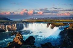 Godafoss vattenfall på solnedgången fantastisk liggande härlig oklarhetscumulus iceland Royaltyfria Foton