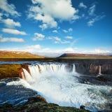 Godafoss vattenfall på solnedgången fantastisk liggande härlig oklarhetscumulus iceland Fotografering för Bildbyråer