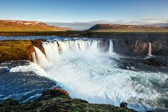 Godafoss vattenfall på solnedgången fantastisk liggande härlig oklarhetscumulus Island Europa Arkivbild
