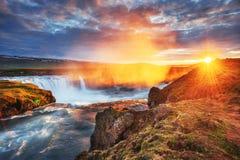 Godafoss vattenfall på solnedgången fantastisk liggande härlig oklarhetscumulus Island Europa Arkivfoton