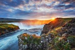 Godafoss vattenfall på solnedgången fantastisk liggande härlig oklarhetscumulus Island Europa Royaltyfria Bilder