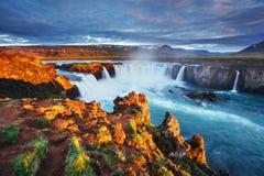 Godafoss vattenfall på solnedgången fantastisk liggande härlig oklarhetscumulus Island Europa royaltyfri foto