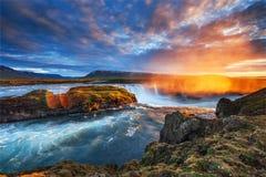 Godafoss vattenfall på solnedgången fantastisk liggande Härligt med Arkivbild