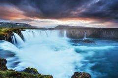 Godafoss vattenfall på solnedgången fantastisk liggande Härligt med Arkivfoton