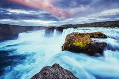 Godafoss vattenfall på solnedgången, Island, Europa Arkivfoton