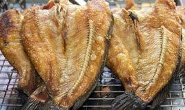 Godan för matingrediensen som ser på tabellmatlagning, är den saltade fisken Arkivbild
