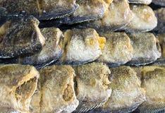 Godan för matingrediensen som ser på tabellmatlagning, är den saltade fisken Royaltyfri Bild