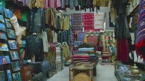 Godan i litet shoppar i marknad av Tanger arkivfilmer