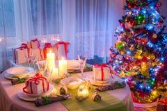 Godavi la regolazione della tavola di Natale con il presente e l'albero Fotografia Stock Libera da Diritti