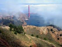 Goden Gatter-Brücke durch den Nebel Stockbilder