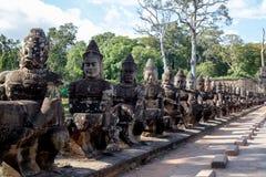 Goden van de Zuidenpoort van Angkor Thom, Kambodja stock afbeelding