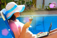Godendo con un vino di vetro Fotografia Stock Libera da Diritti