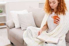 Godendo del tempo libero a casa ragazza del libro pensive Fotografie Stock