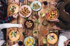 Godendo della cena insieme Fotografie Stock Libere da Diritti
