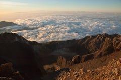 Godendo della vista dell'alba alla sommità completi in vulcano Rinjani dell'alta montagna Isola Lombok, Indonesia Fotografia Stock