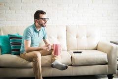 Godendo di un film 3D a casa Immagini Stock
