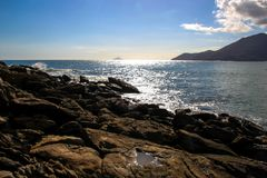 Godendo di un momento, contemplante il paesaggio di Maresias, il Brasile fotografia stock