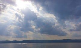 Godenlicht Stralen van licht door donkere wolken de zon glanst van c Stock Foto's