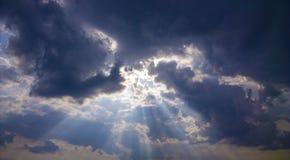 Godenlicht Stralen van licht door donkere wolken de zon glanst van c Royalty-vrije Stock Foto's